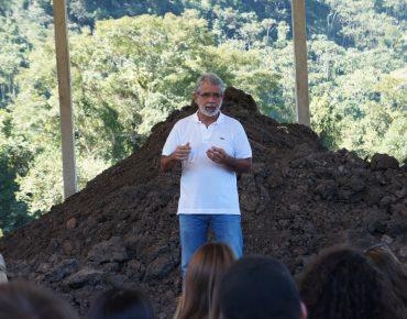 Marcelo de Carvalho apresenta a um grupo de estudantes a área de compostagem da Biovert