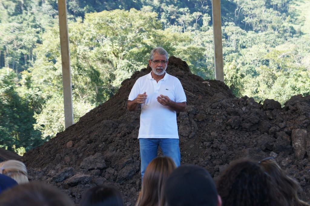 Marcelo-de-Carvalho-apresenta-a-area-de-compostagem-a-estudantes-de-engenharia-florestal-em-visita-ao-viveiro-de-mudas-da-biovert