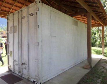 Visão interna da câmara fria de armazenamento de sementes florestais da Biovert (Foto: Inti de Souza)