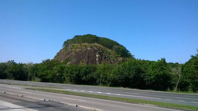 Depois da intervenção, mais de 10 anos desde a implantação do projeto, podemos ver o cenário totalmente diferente o topo da pedra com vegetação nativa.