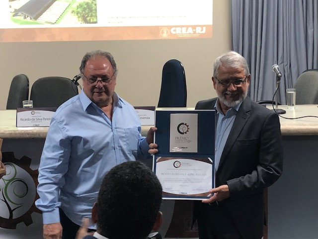 Biovert recebe o Prêmio David de Azambuja do Mérito Florestal das mãos do presidente do CREA-RJ, engenheiro eletricista Luiz Antonio Cosenza